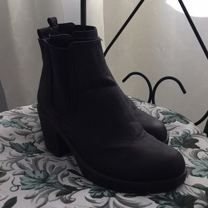 pretty much new black heeled boots